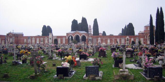 Cimitero di San Michele, Venice, Italia Terdapat sebuah pulau yang dikhususkan untuk dijadikan tempat pemakaman, yakni dipulau San Michele. Dipulau ini kerap dijadikan tempat wisata mistis.