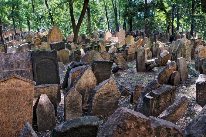 Old Jewish Cemetery, Prague Diperkirakan pemakaman ini ada sejak abad-15 lalu. Dipemakaman ini terdapat kira-kira 12.000 batu nisan yang tampak dan 100.000 makan. Jadi tidak heran dengan jumlah makam yang sebanyak itu dan lamanya pemakaman itu ada pastinya sangat angker dong dan menjadi tempat berkumpulnya para mahkluh gaib.