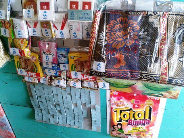 Lotre Ini adalah gambar lotre jaman dulu yang biasanya berupa permen cicak ada nomornya. Kamu bisa membeli permen ini seharga Rp.100 rupiah dan mengambil hadiah sesusai dengan nomor yang kamu dapat. Kalau kamu beruntung, kamu bisa memenangkan hadiah utama sepeti deterjen atau obat nyamuk Pulsker.