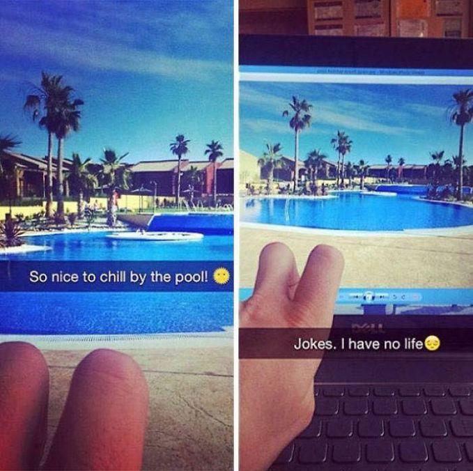 Foto kira : Sepasang foto kaki yang dipemerkan sedang liburan di sebuah hotel mewah. Foto kanan : Ternyata itu hanyalah jari seseorang yang difoto berdekatan dengan monitor laptop. Pura-pura bahagia banget sih..