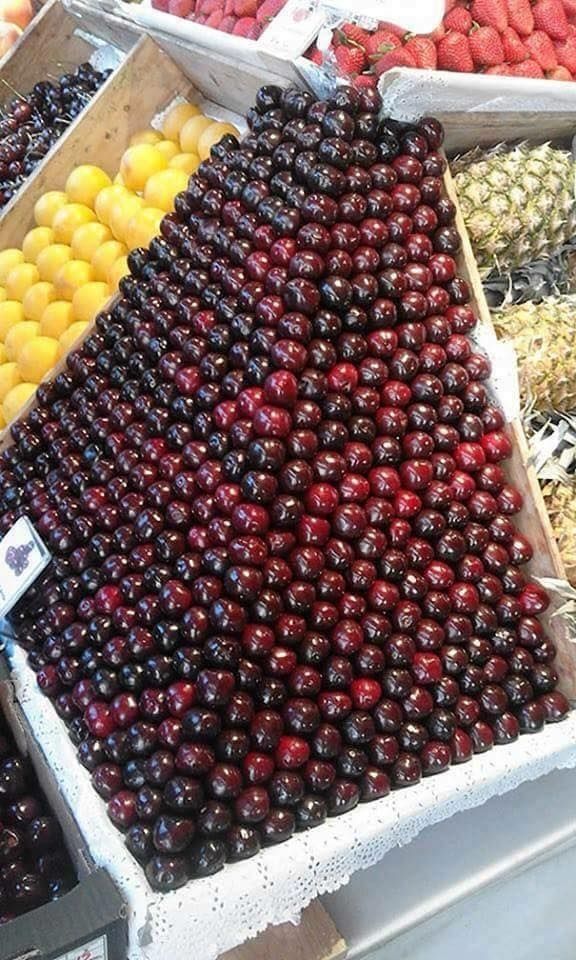 Selain wortel, ada juga buat apel yang disusun rapi oleh penjaga tokonya. Telaten banget ya Pulsker.