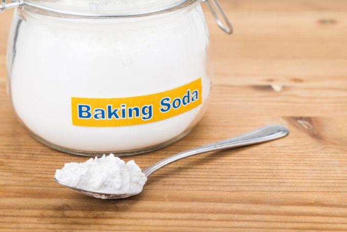 Baking soda Bahan yang sering digunakan untuk membuat kue ini juga bisa mencerahkan kulit ketiak Pulsker. Penyebab ketiak menghitam adalah penumpukan sel kulit mati. Baking soda dapat mengikisnya sehingga membuatnya terlihat lebih cerah.