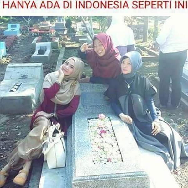 Nah lho, hanya di Indonesia tempat pemakaman dijadikan tempat buat ajang selfie. Sedikit menyeramkan sih..