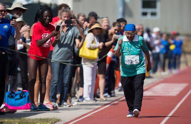wanita asal india dengan umurnya yang memasuki 100 tahun meraih medali emas dalam kompetisi lari sprint 100 meter. Kebayang nggak tuh nenek-nenek lari sejauh 100 meter.