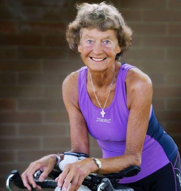 Madonna Buder adalah pelari marathon tertua didunia, dan baru pensiun saat umur 83 tahun.