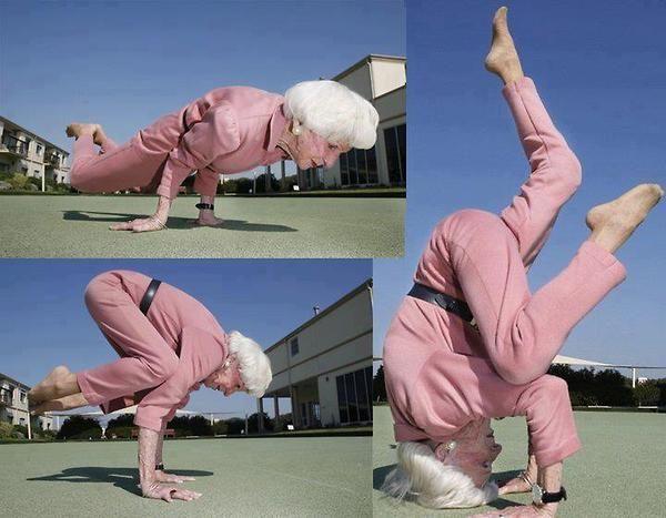 neneknya jago banget gerakan yoga, walaupun usianya nggak muda lagi masih enerjik banget tuh keliatannya.