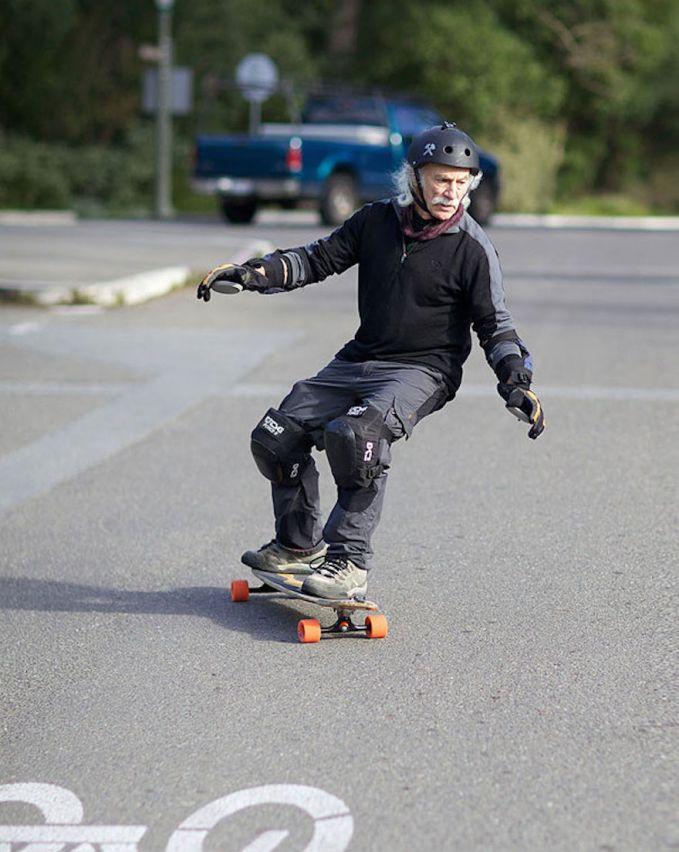 Lloyd Kahn, kakek yang jago main skateboard. Keren nggak tuh.