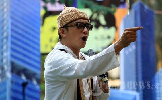 Dik Doank Mungkin alasan pria ini memilih nama Dik Doank sebagai nama panggungnya karena nama aslinya panjang banget Pulsker yaitu Raden Rizki Mulyawan Kertanegara Hayang Denda Kusuma. Super panjang kan Pulsker?