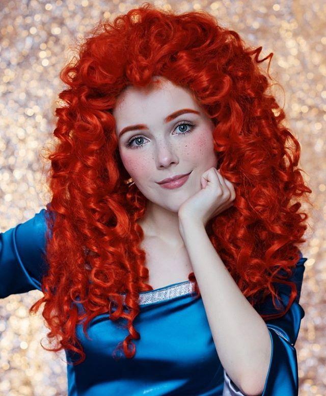 Dengan rambut kriting merahnya, Helen menirukan merida dalam film animasi brave.