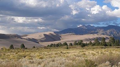 San Luis Valley, Kolorado Berada dibagian selatan Kolorado, tempat yang bernama San Luis Valley ini adalah padang rumput yang selalu dikaitkan dengan muculnya alien. Selian itu, ditempat ini sering muncul penampakan UFO dan banyak juga hewan mati secara misterius. Hal misterius yang membuat orang bingung adalah banyaknya binatang yang mati seperti termutilasi. Dimulai pada tahun 1967, seekor kuda bernama Snippy diketemukan tewas dengan otak yang hilang. Setelah kejadian tersebut, semakin banyak kejadian serupa yang terjadi. Anehnya tidak ada berkas darah dari hewan-hewan itu. Yang ada hanyalah luka sayatan, bukan luka akibat serangan predator.