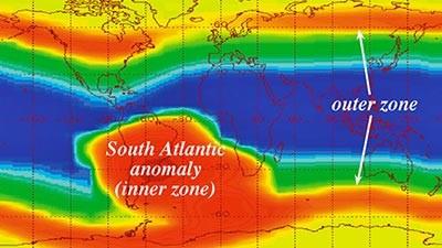 South Atlantic Anomaly, Samudra Atlantic Tempat ini memiliki julukan sebagai Segitiga Bermudanya luar angkasa. Tempat ini juga memiliki banyak cerita yang tidak kalah misteriusnya dengan Segitiga Bermuda Pulsker. Jika Segitiga Bermuda ada di lautan, South Atlantic Anomaly ada di angkasa, lebih tepatnya di Samudra Atlantik, 300 km dari lepas pantai Brazil. South Atlantic Anomaly terletak tepat di Sabuk Van Hallen. Sabuk Van Allen merupakan dua sabuk partikel bermuatan di sekitar planet bumi yang ditahan di tempatnya oleh medan magnet bumi. Di area ini dikatakan banyak sekali terjadi masalah yang dialami satelit atau pesawat lur angkasa. Banyak peneliti mengatakan bahwa masalah ini karena radiasi. Tapi mereka tidak bisa menjelaskan lebih jelas tentang radiasi tersebut.