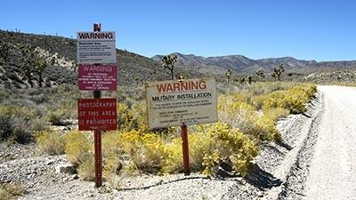 Area 51, Nevada Berikutnya ada Area 51 yang dianggap sebagai tempat misterius di dunia yang tidak kalah dengan Segitiga Bermuda. Berada di Area 51 Nevada, Amerika Serikat, tempat ini hanya dipakai oleh para ilmuan dan pihak militer. Namun sampai saat ini tidak ada yang mengetahui ada yang mereka lakukan ditempat itu. Aksesnya yang tertutup membuat banyaknya teori yang tersebar terkait Area 51. Tempat ini diduga dijadikan tempat rahasia oleh para ilmuwan untuk melakukan riset tentang keberadaan alien. Beberapa orang sempat melihat bahwa ada penampakan UFO atau alien di dekat Area 51.