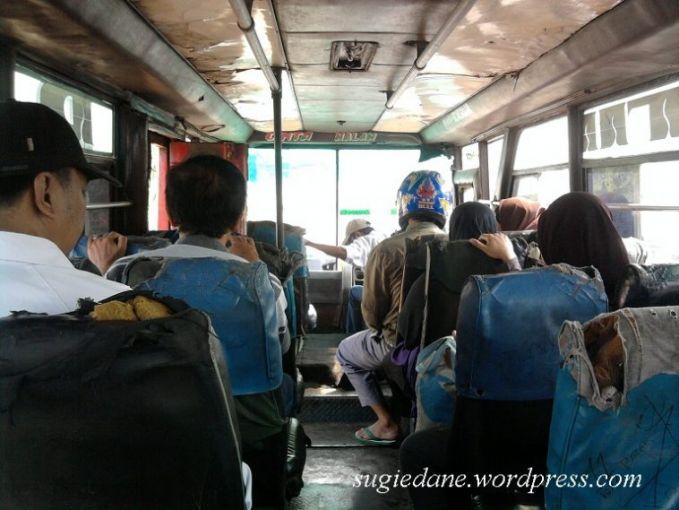 Naik bis Entah apa yang ada dipikiran orang ini. Demi menjaga keselamatannya, ia juga menggunakan helm saat berada di kendaraan umum. Karena benturan juga bisa terjadi didalam bis Pulsker.