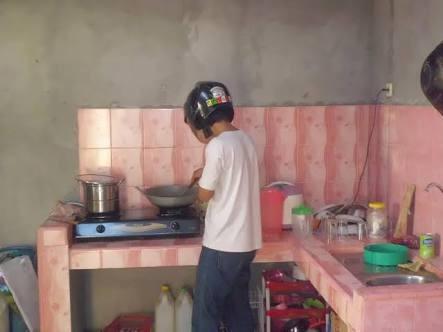 Memasak Masak juga pakai helm? Buat sebagian cowok menggoreng ikan memang hal yang menakutkan. Takut cipratan minyaknya kemana-mana. Kamu bisa meniru tips ini Pulsker.