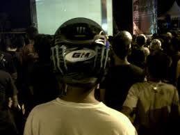 Nonton konser Banyak banget nih yang nonton konser sambil pakai helm. Mungkin maksudnya agar helmnya nggak hilang kalau ditinggal di tempat parkir. Atau misal kalau ada kericuhan saat konser mereka bisa langsung menyelamatkan diri.