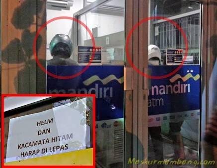 Ke ATM pakai helm Walaupun sudah ada peratauran jelas yang melarang penggunaan helm dan kacamata didalam ATM, tapi masih banyak orang yang melanggarnya dengan alasan ke ATMnya cuma bentaran kok.