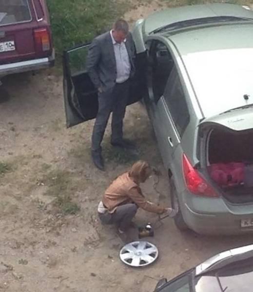Gregetan banget nggak sih lihat foto yang satu ini. Saat ban mobil bocor bukannya si pria yang menggati bannya, melainkan wanita yang rela tangannya kotor demi memasang ban mobil ini.