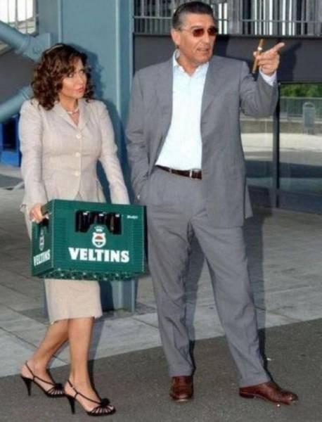 Sepertinya pria ini adalah seorang boss, sehingga dia seperti seenaknya membiarkan wanita ini membawa krat minuman. Bahkan sepertinya wanita ini merasa keberatan dengan barang yang dibawanya.