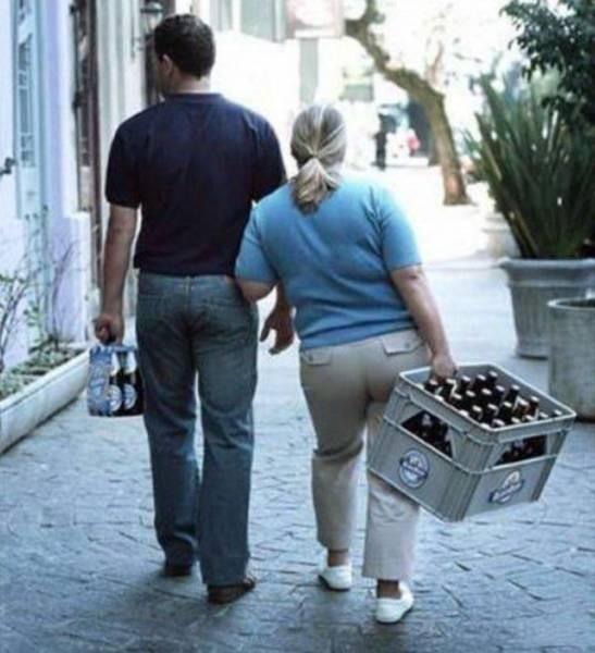 Mungkin pria ini beranggapan karena pasangannnya badannya lebih besar, sehingga kekuatannya juga lebih banyak daripada dia. Makanya, si wanita disuruh membawa barang yang lebih berat daripada barang yang ia bawa. Nggak adil banget kan?!
