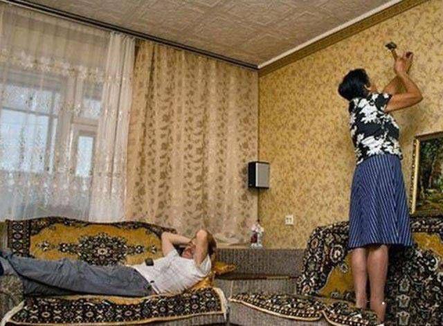 Duh pak, santai banget sih..sedangkan istrinya sibuk memasang paku ditembok.