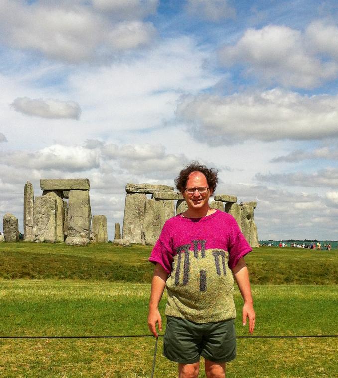 Sweater nya didesain mirip dengan Stonehenge.