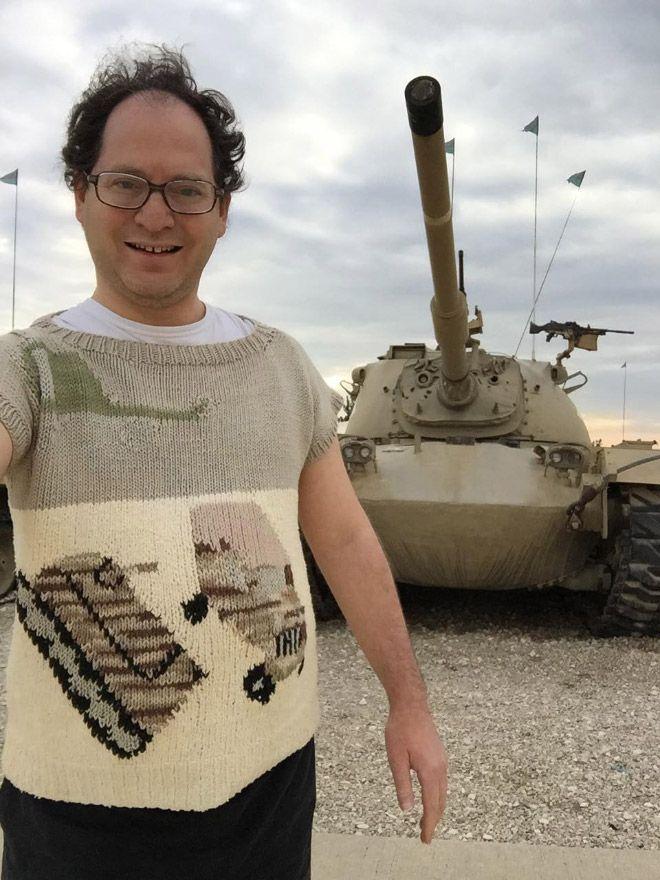 Sam Barsky sengaja bikin gambar sweaternya samaan dengan objek yang sedang ia kunjungi.