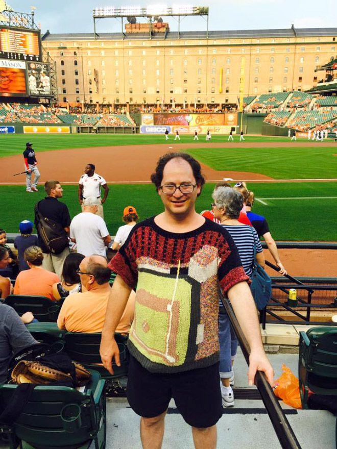 Pulsker mau sweater yang mana? Nih ada yang desain gambar sweaternya lapangan baseball.