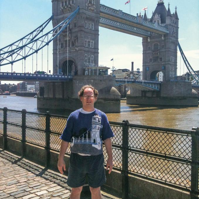 Lihat tuh sama kan sama Tower Bridge yang ada di London.
