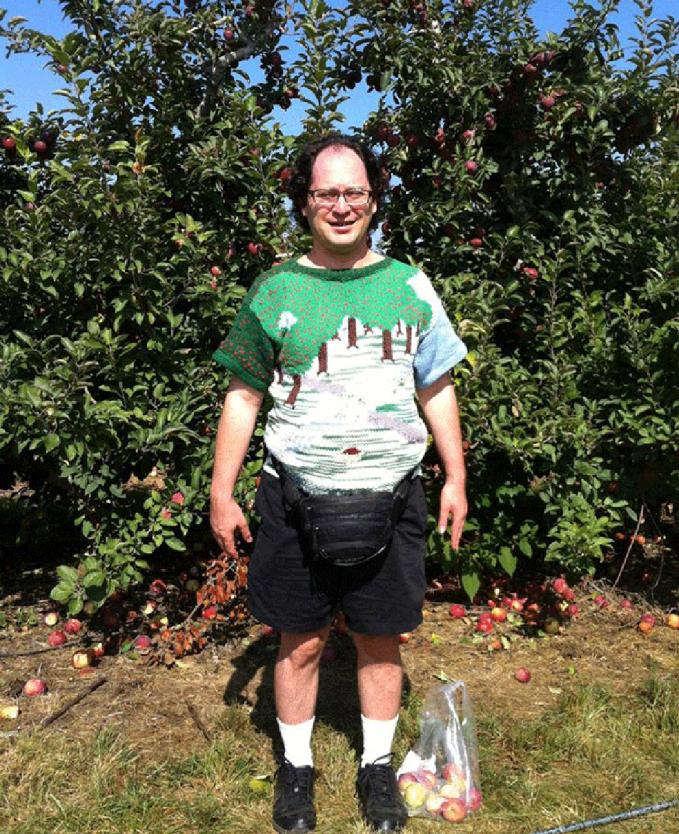 Dikebun apel, bajunya juga harus samaan dong.