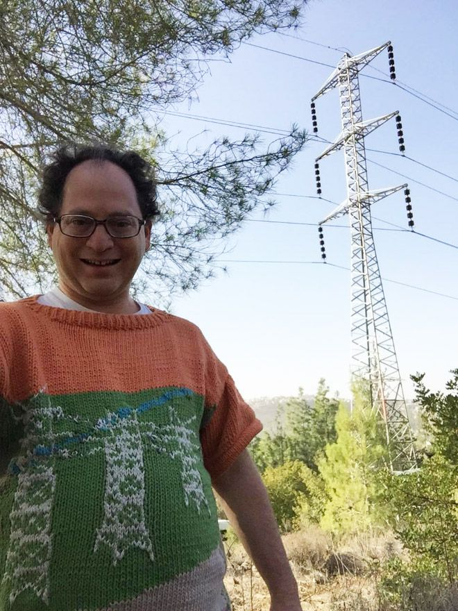 Tiang listrik juga Ia jadikan sebagai tema dalam sweaternya.