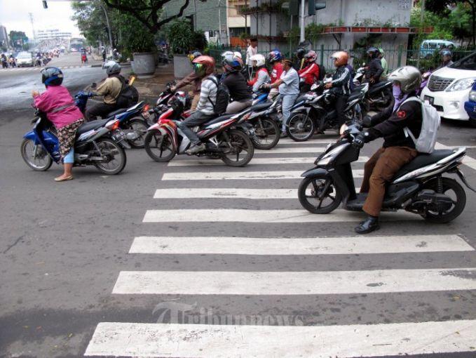 Nggak sabaran menunggu lampu merah. Banyak banget pengendara sepeda motor yang melakukan pelanggaran ini Pulsker. Dengan alasan buru-buru ketempat tujuan mereka malah menunggu saat lampu merah di zebra cross. Padahal dengan pelanggaran yang mereka lakukan, secara nggak langsung mereka merampas hal pejalan kaki yang ingin menyebrang di zebra cross. Bener kan?