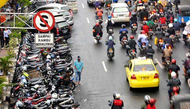 Parkir sembarang. Saat menoleh kanan kiri dan dirasa aman nggak ada polisi yang menjaga, banyak pengendara sepeda motor yang parkir sembarangan. Padahal sedah jelas ada rambu-rambu dilarang parkir. ckckck..