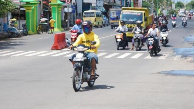 Menerobos lampu lalu lintas. Dengan alasan buru-buru, banyak sekali pengendara sepeda motor yang menerobos lampu lalu lintas. Hal ini nggak cuma melanggar aturan lalu lintas Pulsker, tetapi juga mengancam keselamatan diri sendiri dan orang lain dijalan raya.