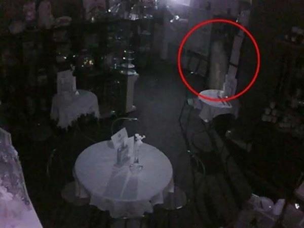 Foto ini diambil dari CCTV sebuah restoran pada malam hari. Ada bayangan putih yang tertangkap kamera dan diyakini sebagai penampakan.