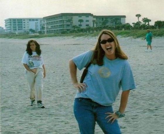Lagi asik-asik foto di tepi pantai, ternyata ada wanita yang lewat dengan tidak sadarnya sedang memasukkan tangannnya ke dalam celana. Jorok banget ya Puksker.