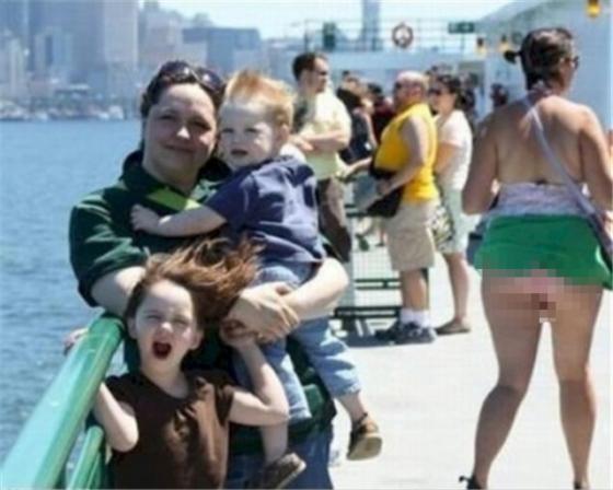 Hembusan angin memang bisa merusak segalanya Pulsker. Lihat saja foto ini, gara-gara hembusan angin, rok wanita yang menjadi latar belakang foto ini jadi tersingkap kan?!
