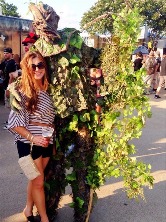 Lagi foto dengan pohon hidup, tapi ternyata dari belakang ada yang aneh. Coba kamu perhatikan lagi Pulsker, ada susuatu yang menyembul disana.