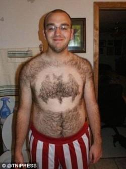 Berani Tiru Aksi Pria-Pria Anti Mainstream Ini, Mencukur Bulu Dada yang Tak Lazim Begini?