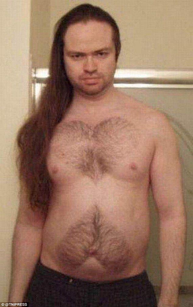 Tampangnya sangar banget, tapi rambutnya panjang dan bulu dadanya dicukur membentuk simbol love-love. Nggak banget kan?!