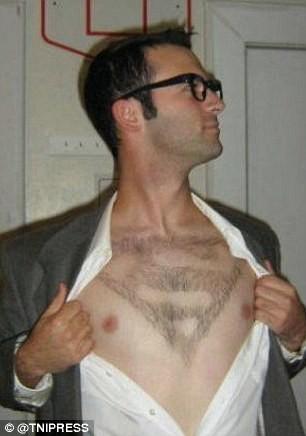 Berhayal jadi Superman dengan mencukur bulu dadanya seperti simbol Snya karakter Superman. Lebih ganteng mana nih sama pemeran aslinya?