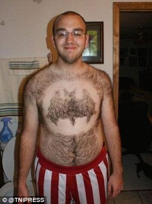 Kalau yang tadi Superman, berbeda lagi dengan pria yang satu ini Pulsker. Dia membetuk bulu dadanya seperti simbol Batman.