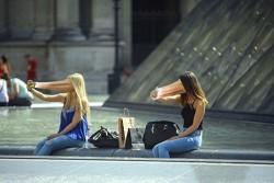 7 Foto Manipulasi Orang Terhisap Gadget yang Menyindir Kehidupan Generasi Masa Kini