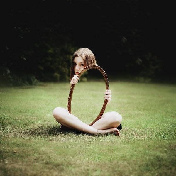 Agak ngeri juga ya lihat yang ini. Gadis ini seperti tidak memiliki tubuh. Padahal dia hanya memangku cermin berentuk oval yang menutupi tubuhnya.