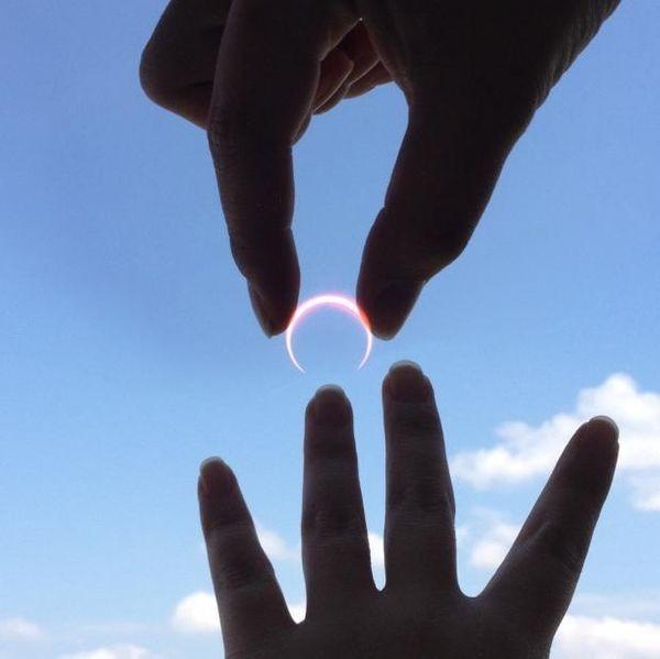 Manis banget sih dilamar memakai cincin dari bulan kaya gini. Tapi kamu mau nggak?