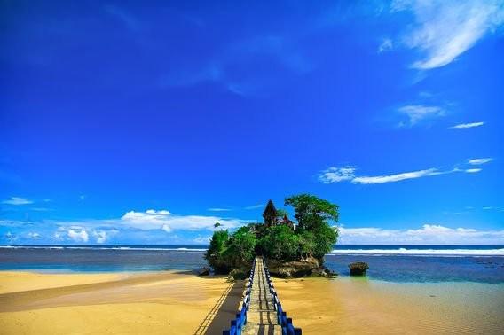 Pantai Balekambang, Malang, Jawa Timur Pantai ini dikenal karena terdapat pura kecil yang terletak diseberang pantai. Keren kan pulsker?