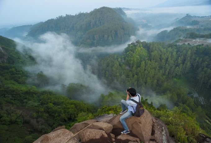 Tebing Keraton, Bandung Pulsker yang nggak takut ketinggian bisa dateng ketempat ini nih, keren banget. Kalau sudah sampai dipuncak tebingnya berasa kayak yang ada diatas awan deh.
