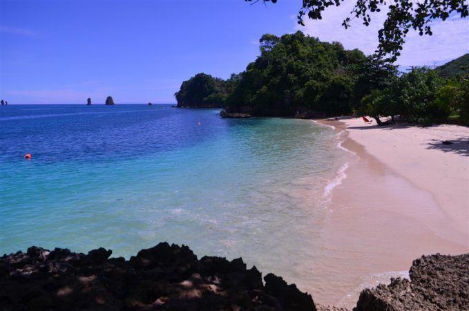 Pantai Tiga Warna, Malang, Jawa Timur Lagi! Dimalang nih pulsker. Pantai dengan 3 warna pink hijau biru, terkadang warna pink dipasirnya Nampak jelas pulsker.