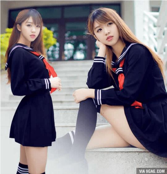 Kalian pasti bertanya-tanya kan, kenapa rok seragam cewek Jepang itu minim banget?. Di Jepang ada kesepakatan bahwa rok terbaik itu 15 cm di atas lutut pulsker. Tapi ada juga beberapa sekolah yang mengharuskan siswinya menggunakan rok lebih panjang. Tak jarang, cewek Jepang melipat roknya agar tampak lebih tinggi, sehingga lebih leluasa memamerkan bentuk kakinya yang jenjang.