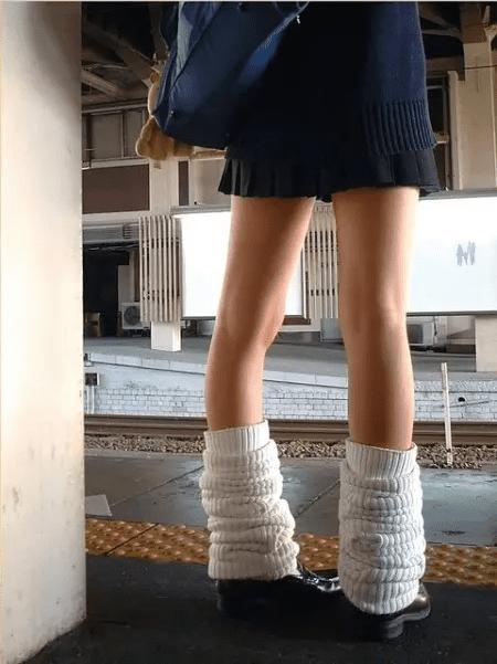Loose shocks atau kaus kaki kedodoran menjadi tren khusus cewek Jepang di musim dingin pulsker. Bukan karena mereka tak punya kaos kaki lainnya. Aksesoris pendukung ini biasanya dipadukan dengan seragam pelaut. Tapi kenyataannya, loose shocks ini cocok digunakan pada seragam apapun selama rok seragamnya pendek. Jadi makin geregetan nih pulsker, lihat cewek Jepang pakai seragam ini.
