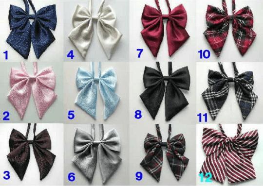 Di film-film atau anime, pasti kan sering menemukan cewek Jepang pake dasi untuk seragamnya?. Meski tidak wajib, tapi dasi ini digunakan sebagai pemanis di seragam cewek Jepang pulsker. Bukan hanya dari kupu-kupu, cewek Jepang juga pake dasi panjang yang biasanya bermotif bunga.